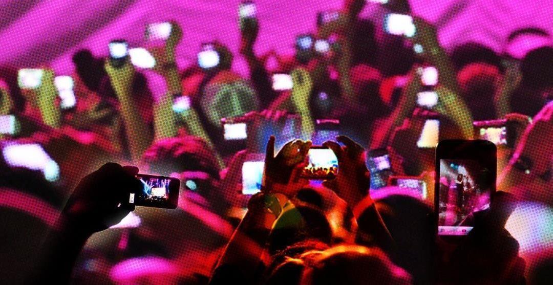 persone ad evento con smartphone